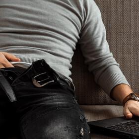 Znany dziennikarz masturbował się podczas wideokonferencji.