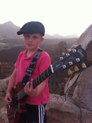 12-letni chłopiec supportem AC/DC?