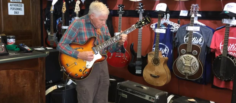 80-latek daje czadu na gitarze