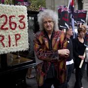 Brian May na paradzie pogrzebowej borsuków