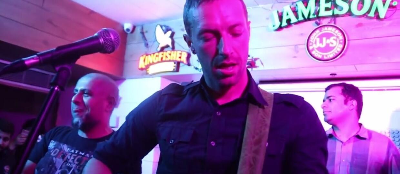 Chris Martin zagrał w barze w Indiach