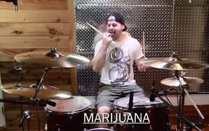 Jak gra się na perkusji po używkach?