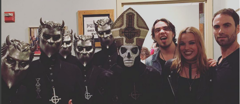 Lzzy Hale w stroju zakonnicy na koncercie zespołu Ghost