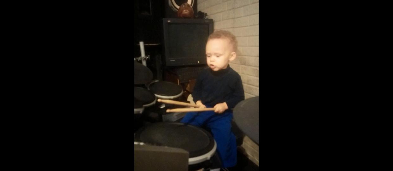 Masz dwa lata, graj na bębnach!