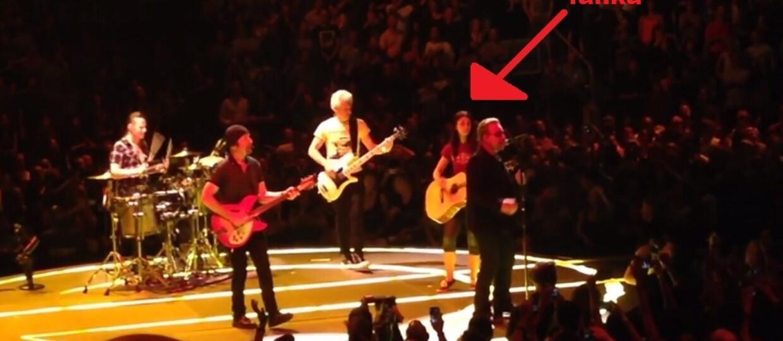 Młoda fanka i U2 razem na scenie
