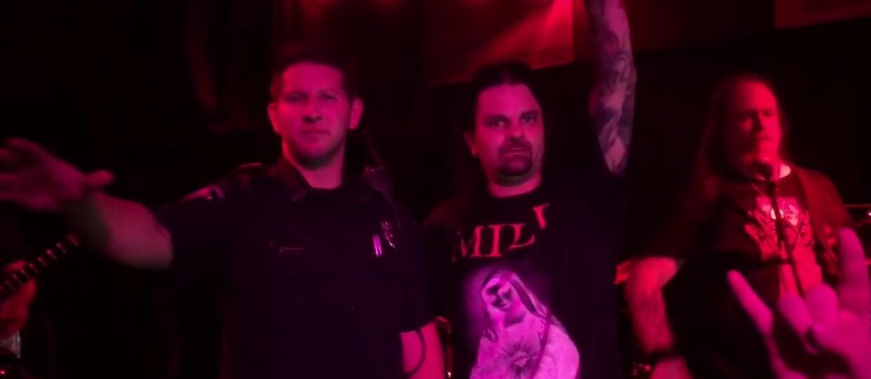 Policjant zaśpiewał z metalowym zespołem - zwolniono go z pracy