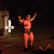 Ruda karlica tańczy metalową burleskę