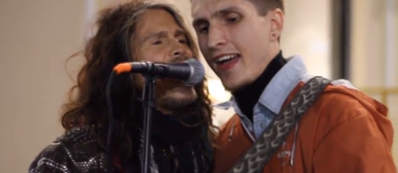 Steven Tyler zaśpiewał z ulicznym grajkiem w Moskwie