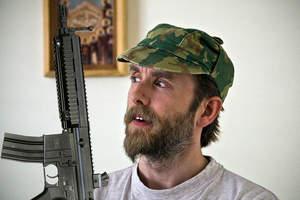 Varg Vikernes uczy dzieci przy pomocy karabinu