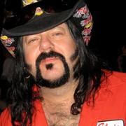 Vinnie Paul wyproszony z baru przez chustę na głowie