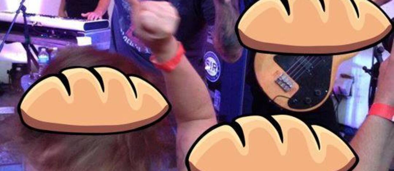 Wokalista Smash Mouth obrzucony chlebem