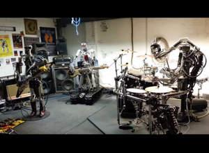 Zespół robotów zbiera pieniądze na wokalistę