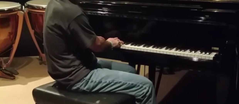"Bruce Dickinson w ""imperium chmur"" na pianinie"