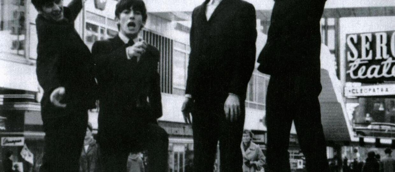 Lennon z muszlą klozetową na głowie udający Hitlera - Na sprzedaż!