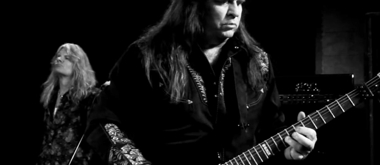"""Muzycy Dio i Black Sabbath w utworze """"Distant Prayer"""""""