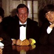 Pierwszy kontrakt Beatlesów zawarty z managerem trafi na aukcję