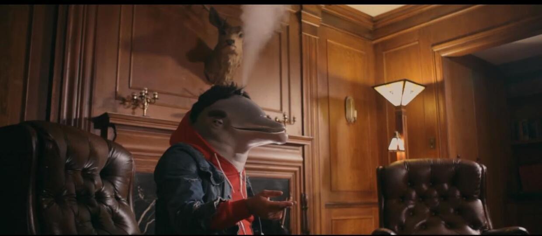 Pijany i zjarany człowiek-delfin w metalowym klipie