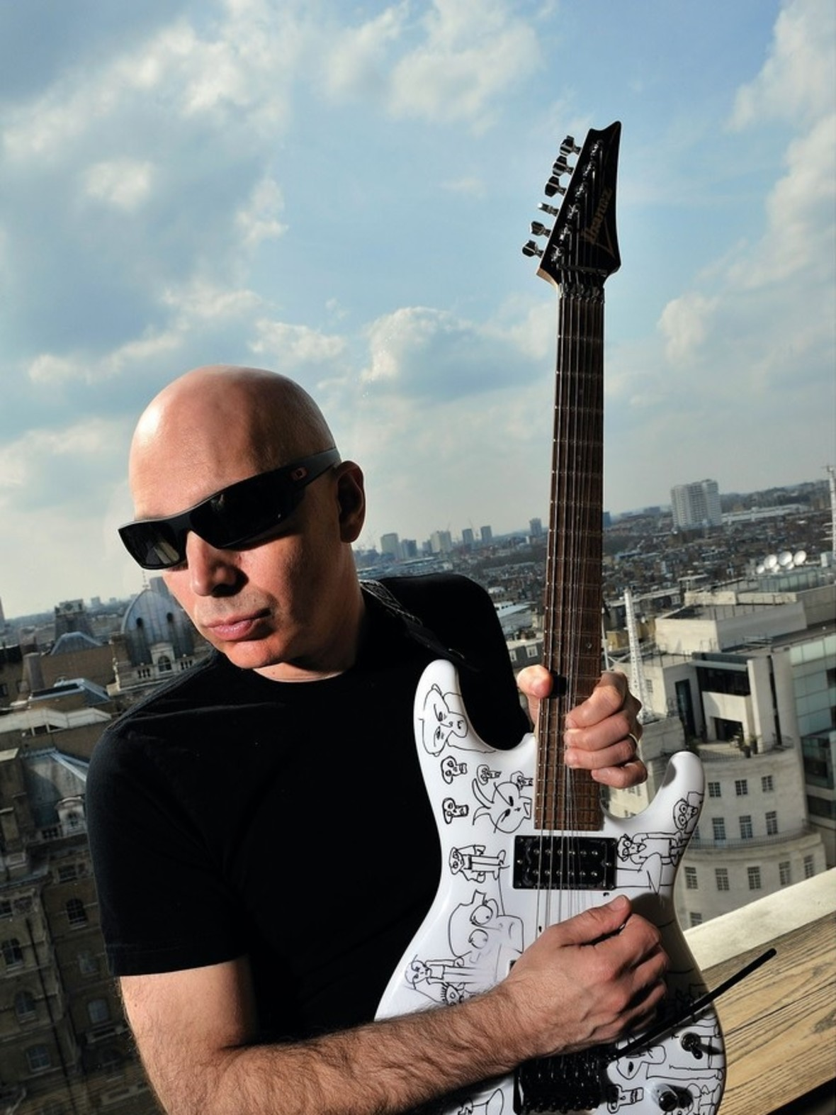 Uskrzydlony Joe Satriani w nowym utworze