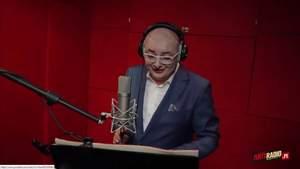 Tomasz Dunowski przesłuchuje śpiewającego Michała Kamińskiego
