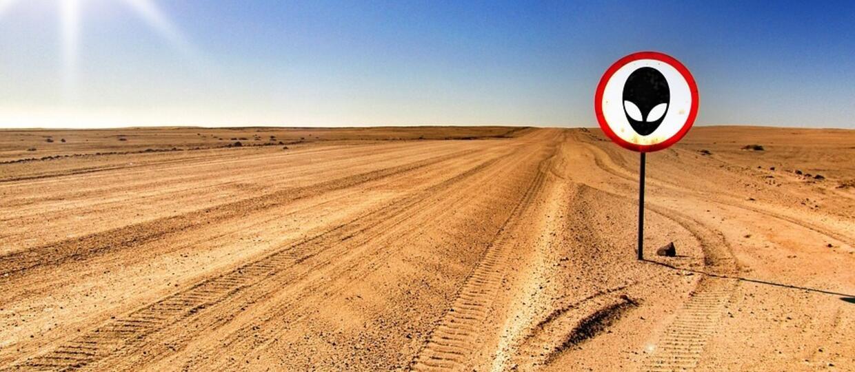 pustynia ze znakiem drogowym z Obcym