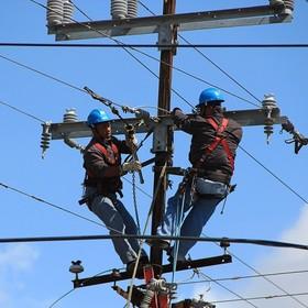 robotnicy na słupie elektrycznym