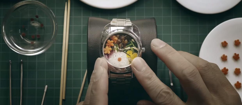 Bento Watch podaje godzinę i serwuje obiad