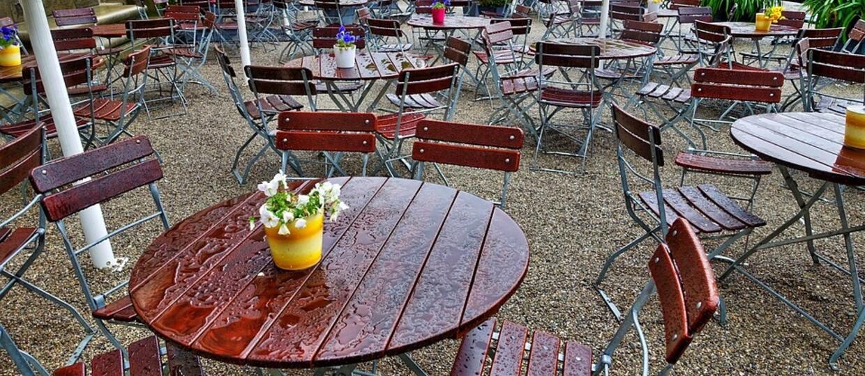 puste stoliki w ogródku restauracji