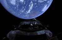 """David Bowie w kosmosie – """"Starman"""" leci w Tesli Roadster w kierunku Marsa"""