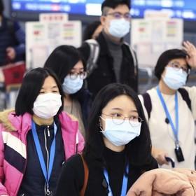 Chińczycy w maskach na lotnisku - ochrona prze koronawirusem