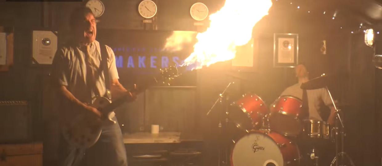 Elektryczna gitara z miotaczem ognia