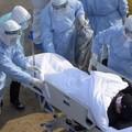 chory na koronawirusa otoczny przez lekarzy w stroju ochronnym