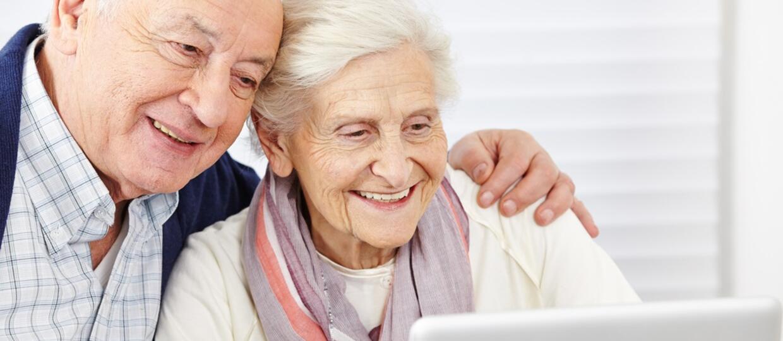 """Ludzie po 65. roku życia udostępniają """"fake newsy"""" 7 razy częściej, niż młodzi ludzie"""