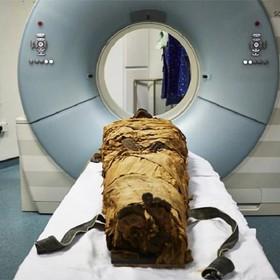 mumia podczas tomografii komputerowej