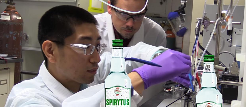 Naukowcy przypadkiem zmienili dwutlenek węgla w alkohol