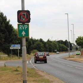 znaki drogowe wykrywające używanie telefonu podczas jazdy