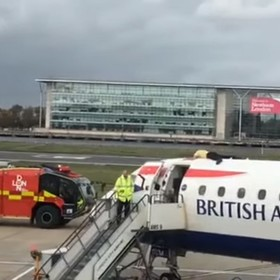 mężczyzna przyklejony do samolotu
