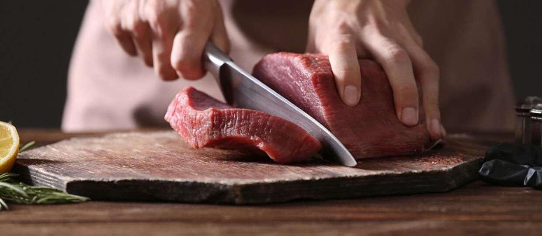 mięso krojone na desce