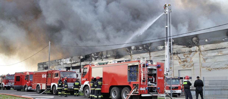wozy strażackie podczas gaszenia pożaru