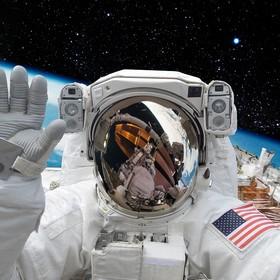 kosmonauta na tle Ziemi