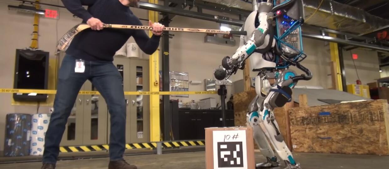 Robot Atlas bity i przewracany dla dobra ludzkości