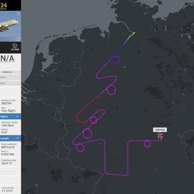 Samolot Airbusa namalował na niebie choinkę z bombkami