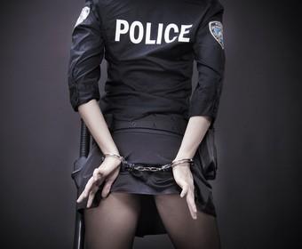 policjantka w kajdankach