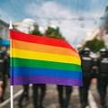 flaga LGBT na tle demonstracji
