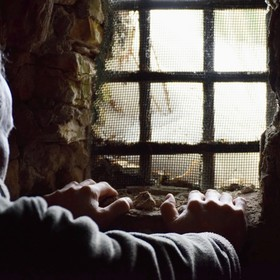 mężczyzna w piwnicy