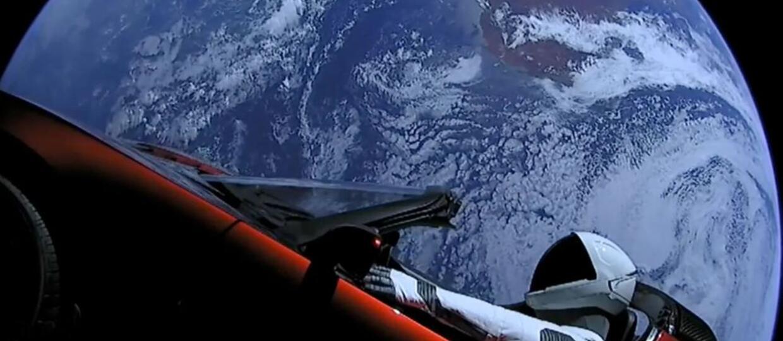Tesla Roadster ze Smarmanem z Ziemią w tle