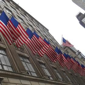 flagi USA na budynku