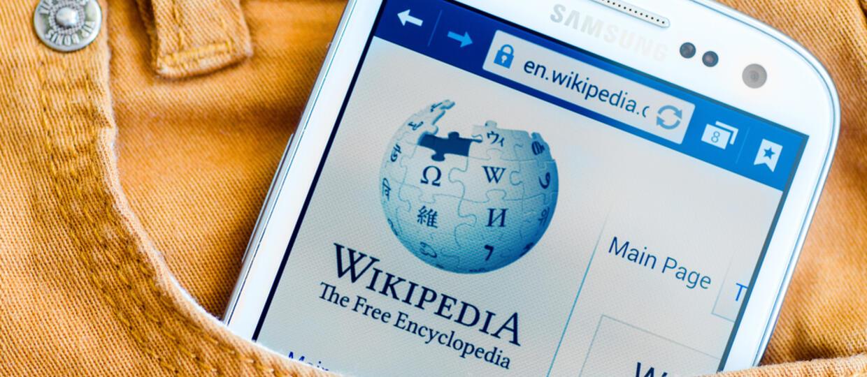 Wikipedia z kolekcją ubrań