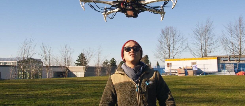 dron nad człowiekiem
