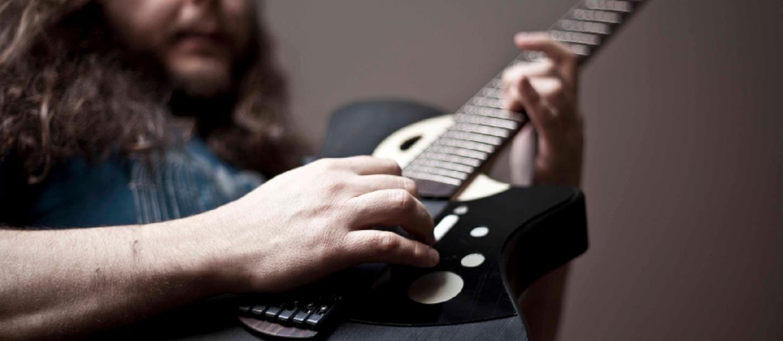 Jak brzmi prawdziwa i inteligentna gitara?