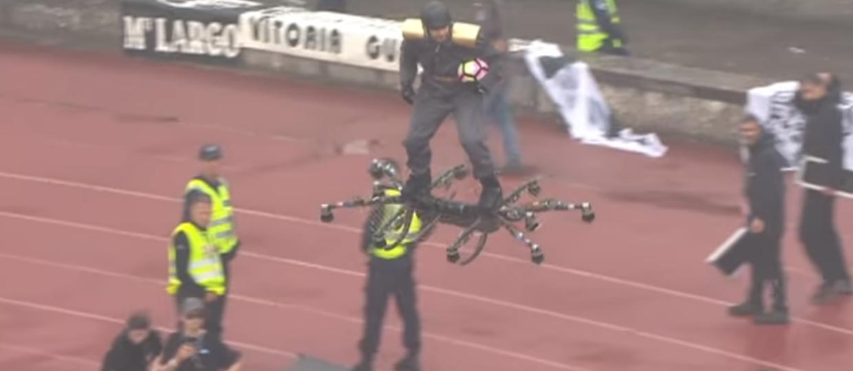 Mężczyzna na dronie z piłką na Puchar Portugalii